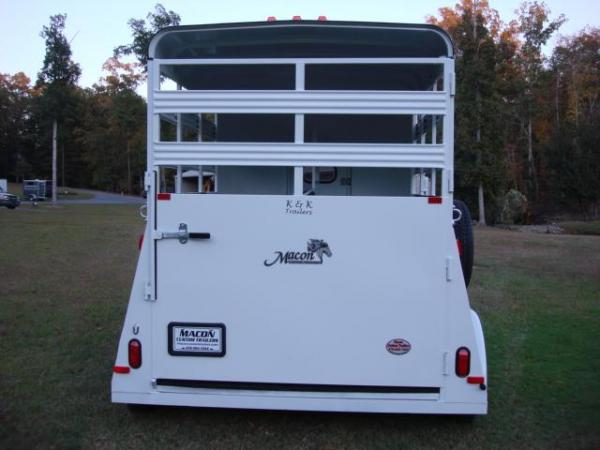 http://www.maconcustomtrailers.com/autos/2018-Bee-Trailers-2-Horse-Straight-Load-Wrangler-Macon-GA-723 - Photo #9