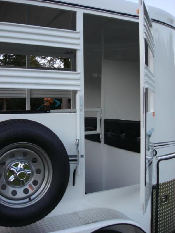 http://www.maconcustomtrailers.com/autos/2018-Bee-Trailers-2-Horse-Straight-Load-Wrangler-Macon-GA-723 - Photo #4