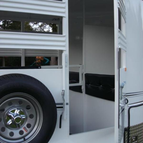 http://www.maconcustomtrailers.com/autos/2019-Bee-Trailers-2-Horse-Straight-Load-Wrangler-Macon-GA-723 - Photo #4