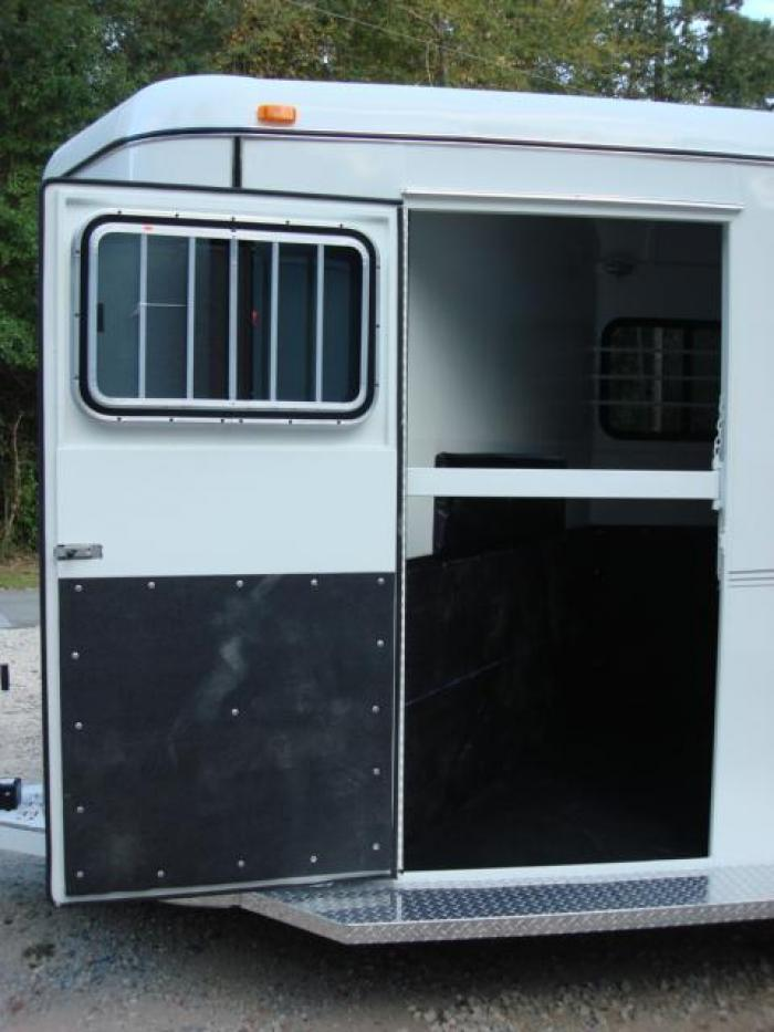 http://www.maconcustomtrailers.com/autos/2019-Bee-3-Horse-Slant-Enclosed-Macon-GA-803 - Photo #3